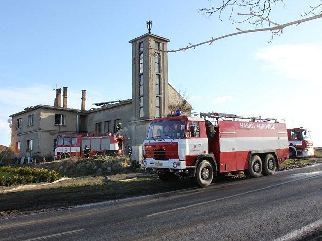 Kostel Církve československé husitské v Mirovicích ráno po požáru.