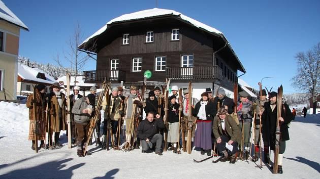 Lyžníci si dali sraz na Šumavě na starých lyžích a v dobovém oblečení.