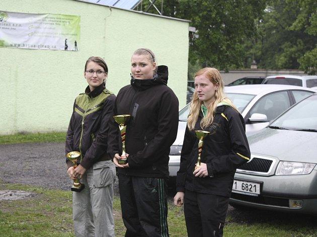 Na snímku uprostřed je juniorská vítězka Slezského poháru ve Frýdku Místku Kateřina Marková (Casting sport Písek), vlevo druhá Jitka Pausarová (Jihlava) a vpravo třetí v pořadí Zuzana Plachá (Ostrava).
