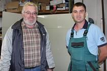 ZAMĚSTNAVATEL A PRACOVNÍK. Jednatel písecké Vodohospodářské, montážní, servisní  a obchodní  společnosti Milan Kott je se zaměstnancem z Čechohradu   Maksimem Pryvratskyim velice spokojený.