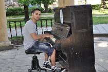 Velmi často usedá  k piánu v parku dvacetiletý Jan Mižigár, který už si získal i stálé posluchače.