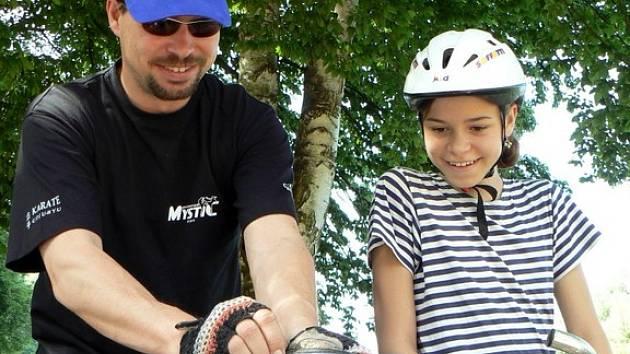 Na cyklistický výlet po Sedláčkově stezce, která lemuje řeku Otavu z Písku až ke hradu Zvíkov, se vydali také Martin Špírek se svou dcerou Petrou.