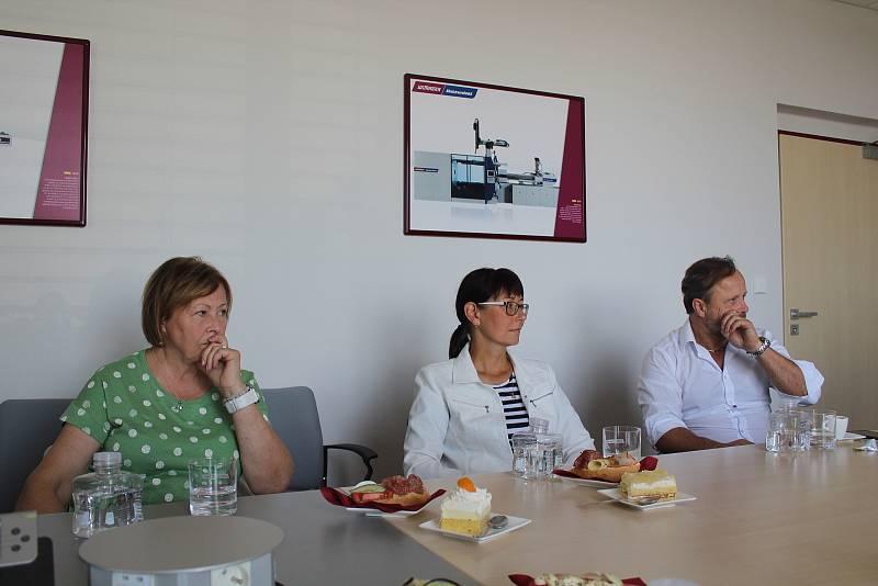 Eva Vanžurová se během starostenské cesty seznamuje s činností, úspěchy i problémy firem a organizací.
