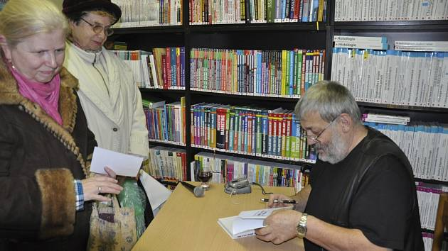 Ladislav Beran při autogramiádě ke knize příběhu písecké pátračky.