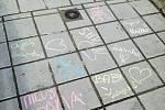Žáci ze ZŠ Tylova v Písku píší svým spolužákům vzkazy na chodník.
