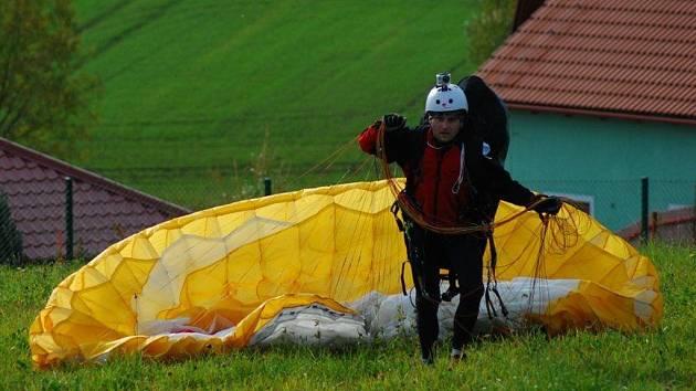 Na snímku je David Kovář z týmu Galaxy CykloŠvec po disciplíně paragliding na nedávném extrémním kvadriatlonu Extreme Challenge 2012 v Sušici.