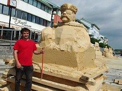 Pískové sochy na náplavce řeky Otavy jsou před dokončením.