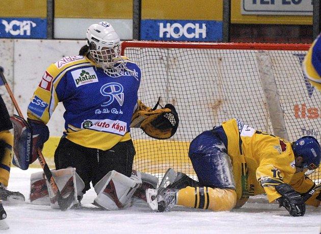 Gólman domácího týmu Michal Pinkas sleduje, jak útočník soupeřova mužstva Radek Bělka končí v síti jeho branky.  V okresním derby ve 2. hokejové lize prohrál IHC Písek s HC ZVVZ Milevsko 1:2.