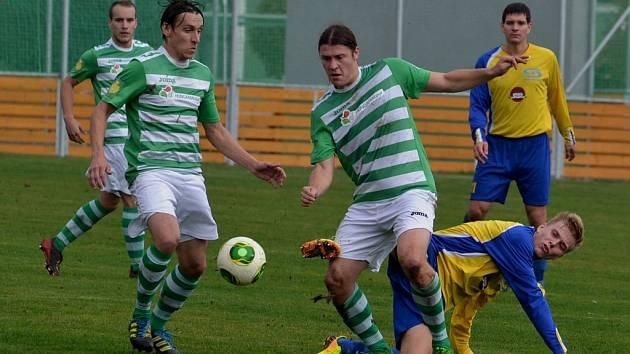 V akci jsou domácí hráči Ondra Prášil (vlevo) a Miroslav Kučera. v utkání fotbalové divize remizovala Čížová s Doubravkou 1:1.