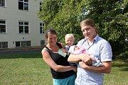 Manželé Chvojsíkovi se synem Štěpánkem a dcerou Barborkou na místě, kde se v pátek narodila - pod lípou v areálu písecké nemocnice.