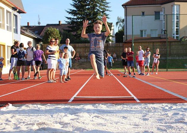 Sportovní odpoledne na novém školním hřišti vKovářově.