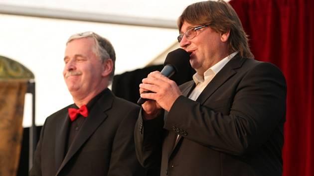 Na snímku je starosta Kovářova Pavel Hroch (vpravo) a organizátor přehlídky Václav Bláha.
