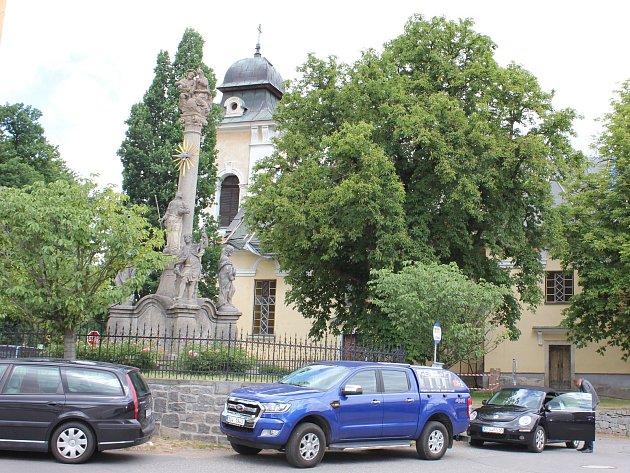 Oprava střechy kostela vČimelicích je přerušená, čeká se na dotace.