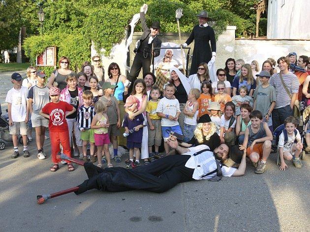Pouliční divadlo Kvelb si rychle získá srdce každého diváka.