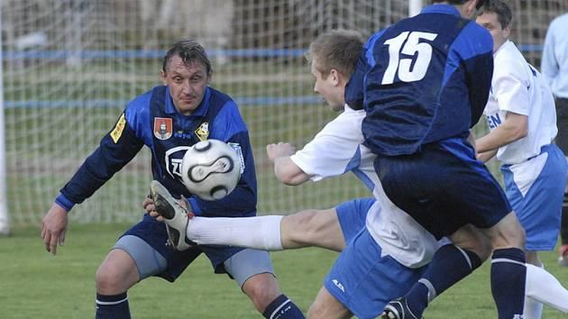 BEZ GÓLU. Na snímku jsou domácí Šebek a Sokolt (v tmavém) v osobním souboji s Matouškem v utkání krajského přeboru, ve kterém mužstvo FC ZVVZ remizovalo doma s Kaplicí 0:0.