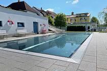Voda v bazénu je sice studenější, ale návštěvníci mají v areálu v těchto dnech dostatek soukromí i prostoru.