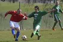Domácí Ondřej Prášil (vpravo) bojuje o míč s Martinem Nademlejnským v sobotním zápase fotbalové divize, ve kterém Čížová přehrála tým Hořovicka 3:0.