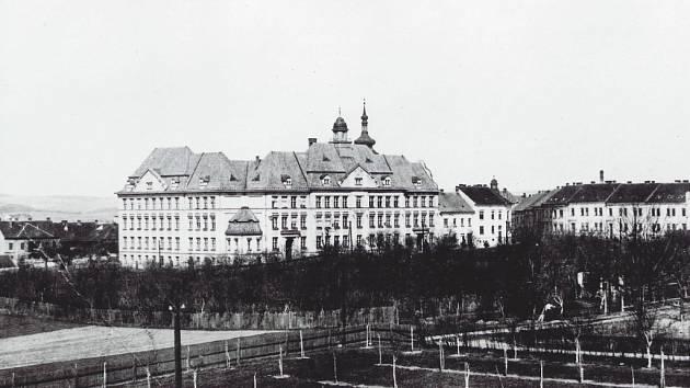 Budova Husovy školy začátkem dvacátých let minulého století.