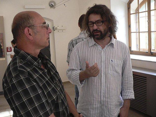 VÝSTAVA. Na snímku  vpravo je jeden z vystavujících  slovenských grafiků  Daniel Brunovský v  rozhovoru s návštěvníky výstavy v Malé galerii Sladovny v Písku.
