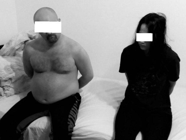 Dvojice podezřelá zdvojnásobné vraždy bezprostředně po jejich zadržení vRumunsku.