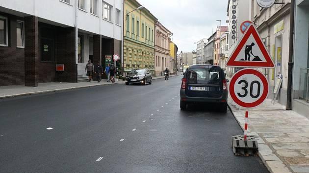 Nádražní ulice v Písku s novým povrchem, který musí firma opravit.