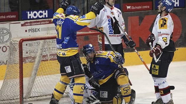 Ležící brankář hostí Krumpoch je překonán. Z úvodního gólu kvalifikačního zápasu o 1. ligu Písek - Valašské Meziříčí se raduje domácí Urbanec (vlevo) a šťastný střelec Kořánek (sedící).