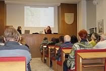 Plná zasedačka dala jasně najevo, že Písečáky zajímá osud areálu bývalých Žižkových kasáren.