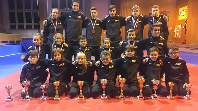 Účastníci mistrovství ČR z SKP karate Písek.