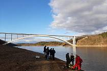 Dvoudenní pátrání po muži, který ukončil svůj život v Orlíku pod Žďákovským mostem, uzavřeli písečtí policisté ve čtvrtek večer.