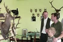 PROHLÍDKA. Myslivecké trofeje a další vystavené věci si  se svým otcem prohlédl také malý Martin Lang.