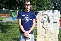 Ondřej Kohout u památníku Emila Zátopka.