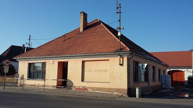 Objekt hostince Na Staré koupila obec Dobev a nyní ho rekonstruuje.