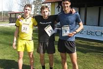 Medailisté Běhu o pohár starosty: vlevo druhý Patrik Bouška, uprostřed vítězný Ondřej Kohout a vpravo třetí Petr Klimeš.