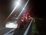 Místo tragické nehody je uzavřeno, dopravu odklání policie po vedlejší silnici.