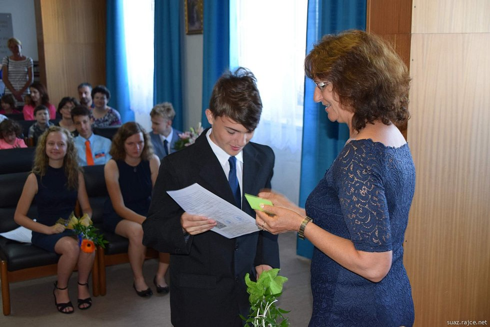 Předávání vysvědčení žákům 9. třídy na bernartické radnici.