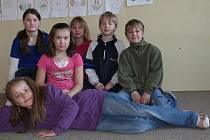 ODPOVÍDALI.  Tereza Kubíčková, Tereza Fořtová, Robert Ťupa a Zdeněk Otta a v popředí jsou Katka Švehlová a Kristýna Mrzenová. Žáci chodí do čtvrté nebo páté třídy.