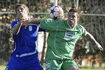 Domácí Moravec (vpravo) bojuje o míč s hostujícím Tušlem v zápaase minulého kola fotbalové divize, ve kterém Čížová zvítězila nad Tachovem 2:1.