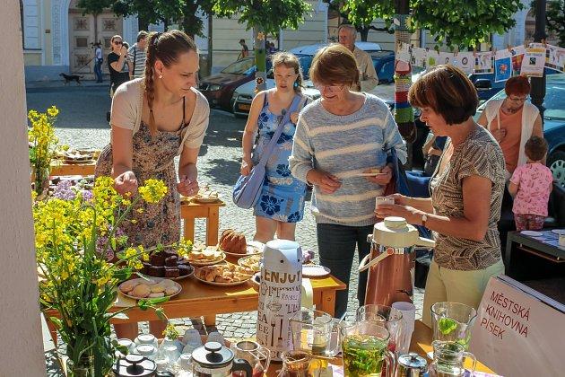 Fair-tradová snídaně před Městskou knihovnou v Písku.