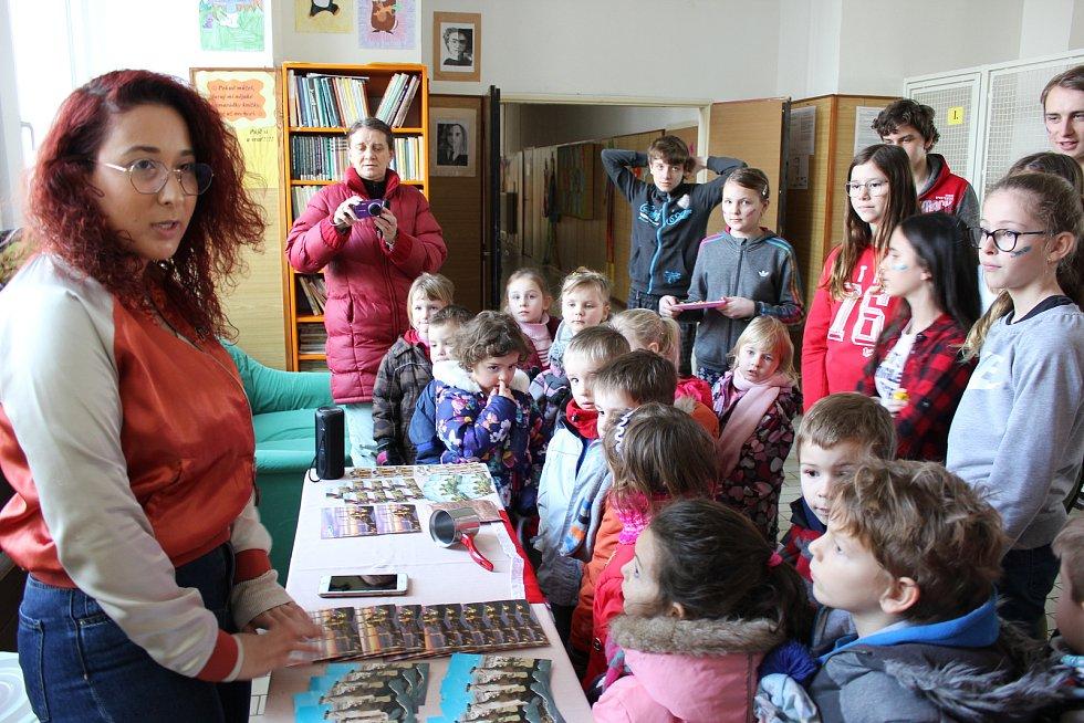 Studenti představovali žákům své země v ZŠ Záhoří.