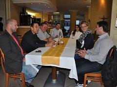 Zástupci vyjednávacích týmů ANO 2011 a TOP 09  jednali o možné povolební spolupráci v Písku. Na snímku jsou zleva zastupitele za hnutí ANO 2011 Marek Anděl, Jiří Hořánek a Josef Keclík, proti nim jsou zastupitelé za TOP 09 Josef Knot a Petra Trambová.