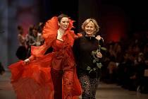 Oděvní návrhářka Helena Fejková           s jednou z manekýnek, předvádějící její oděvní design.