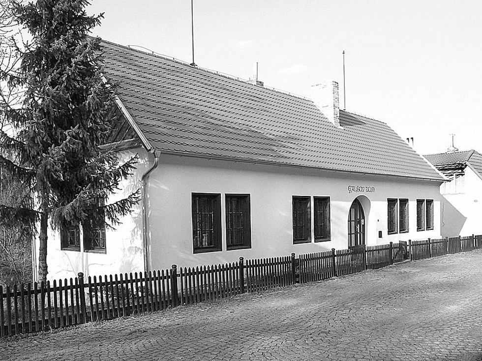 Rodný dům Mikoláše Alše v Miroticích.