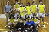 Na snímku je florbalové družstvo dorostenců TJ Sokol Bernartice, které v Kaplici vybojovalo stříbrnou příčku.