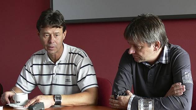 Zápas na krátké tiskovce zhodnotili trenér píseckého mužstva Karel Musil (vpravo) a asistent trenéra vyšehradského týmu Rostislav Grossmann.