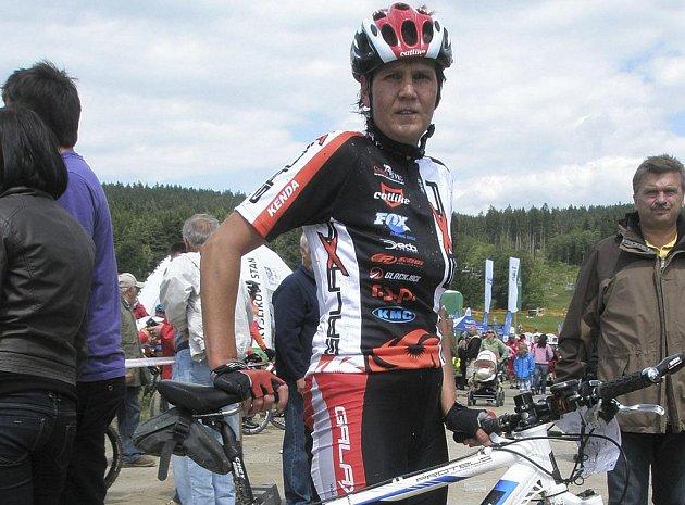 Na snímku je Jana Matlášková z týmu Galaxy CykloŠvec, která v těžkém MTB maratonu Drásal obsadila mezi ženami velmi pěkné čtvrté místo.