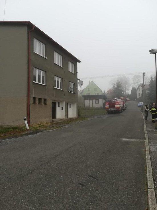 Při požáru bytového domu na Písecku zemřela žena (67 let).