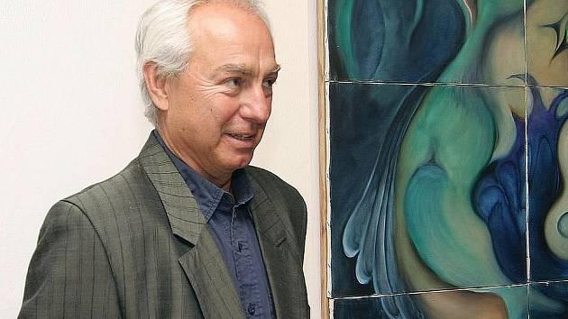 Jiří Eduard Hermach při výstavě svých obrazů v Prácheňském muzeu v Písku.
