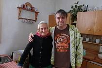 Jubilantka Josefa Pechoušková se starostou obce Drhovle Jiřím Bláhou.