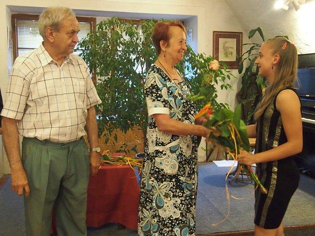 PETRA KALINOVÁ, vnučka Ladislava Kaliny,  na vernisáži výstavy nejen zahrála na klavír, ale i předala oběma vystavujícím květinu.