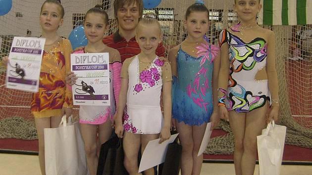 Na snímku z Bohemka Cupu v Praze jsou moderní gymnastky RG Proactive Milevsko. Zleva stojí: Linda Laláková, Monika Valvodová, Sabina Kubíčková, Natálie Kotašková a Natálie Křížová. Za nimi je krasobruslař Tomáš Verner.